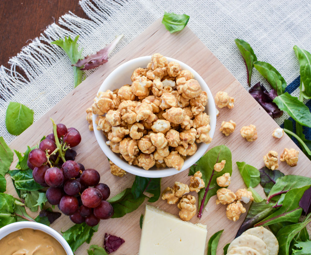Invite your friends over, pour a glass of wine and enjoy this Caramel Corn + an Oscar Night Cheese Board!