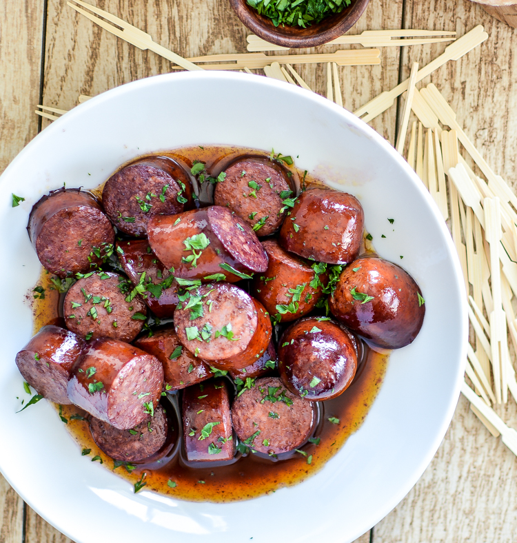 Red Wine Chorizo Bites with Crusty Bread is the perfect appetizer recipe to serve this summer! | www.cookingandbeer.com